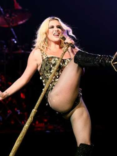 Ke$ha sacó a relucir sus dotes de chica flexible y acróbata en el concierto \