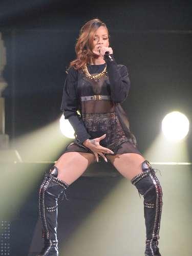 Rihanna calentó la noche al llevarse una mano hacía su zona íntima,en el Staples Center de Los Ángeles.