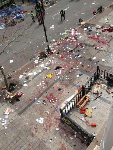 El pavimento se manchó con sangre y se rompieron ventanas hasta a una altura de tres pisos. Hubo víctimas con fracturas de hueso, heridas por metralla y tímpanos reventados.
