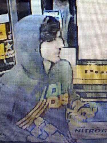 Fotografía de un video de vigilancia distribuido vía Twitter el viernes 19 de abril de 2013 por el Departamento de Policía de Boston muestra a un sospechoso del atentado con bombas en el maratón de Boston entrando a un mini supermercado en Watertown, Massachusetts.