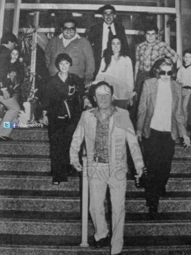 Esta foto registra el momento en el que parte del elenco del Chavo del 8 se retira de un hotel.