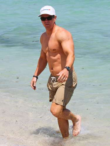 El actor estadunidense Mark Walhberg no duda en presumir de su tercer pezón, ubicado en el pectoral izquierdo.\