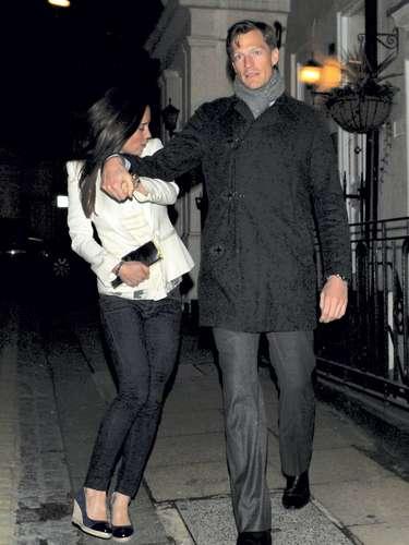 La pareja acudió a una exclusiva fiesta en Mayfair (Londres) con su chico. Para la ocasión ambos escogieron 'looks' muy informales. Ella dejó los tacones en casa y se puso sus adorados zapatos de cuña.