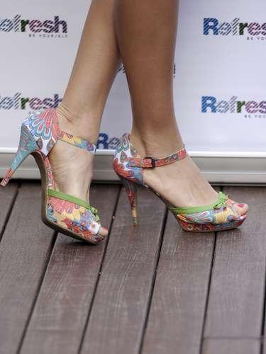 Detalle de las sandalias que ha lucido la modelo en su aparición pública como madrina de esta nueva marca de zapatos.