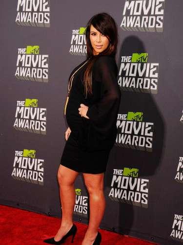 La más famosa de las Kardashian asistió a los MTV Movie Awards 2013, el 14 de abril, con un vestido negro que la hizo lucir muy chic!!, a pesar de su aumento de peso