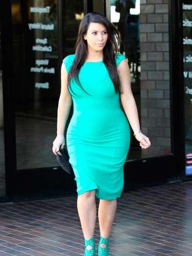 Kardashian al parecer está considerando dar a luz en París, en donde West ha estado viviendo durante los últimos meses. TMZ reporta que Kardashian fue vista visitando salas de maternidad en la capital francesa
