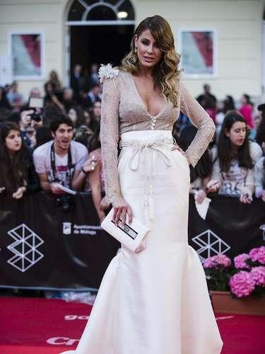 La modelo Elisabeth Reyes posa para los medios de comunicación congregados en Málaga.