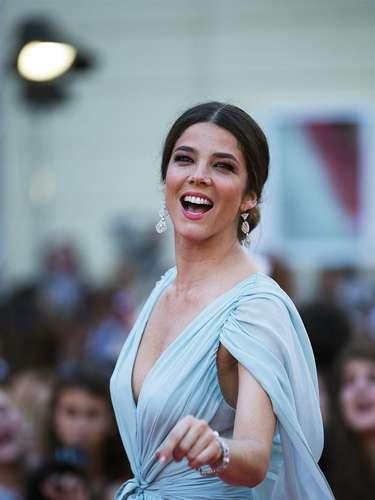 La actriz y modelo colombiana Juana Acosta luce sonriente ante los medios a su llegada al Festival de Cine de Málaga.