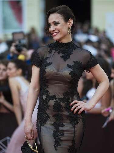 La actriz Natalia Verbeke ha optado por el negro y las transparencias para posar en la alfombra roja frente al Teatro Cervantes de Málaga