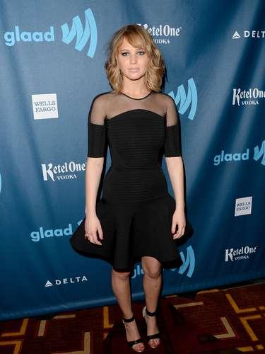 En abril Jennifer Lawrence nos sorprendió con un cambio de look muy actractivo. Sigue con su impecable estilo y comienza a levar de forma sexy y elegante el color negro, pero además se arriesgó a cortar su larga melena y con ello obtener un look más fresco.