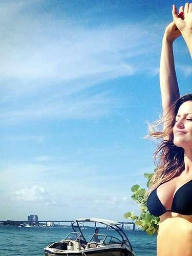 Claro, esta mujer maravilla toma mucha agua de coco. Ja,ja,ja, escribió su esposo, el actor Aaron Diaz, junto a la imagen de Lola en bikini.