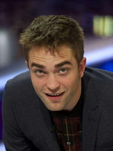 Robert Pattinson. El actor llegó al mundo el martes 13 de mayo de 1986. La buena fortuna está de su parte, además, debe sacar todo el provecho posible de sus dotes artísticas y de su diplomacia. Su signo en el horóscopo chino es el tigre y el número base de su nacimiento el 6.