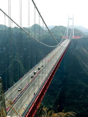 Puente Aizhai, ChinaEl puente Aizhai, que se encuentra en la ciudad de Jishou, en la provincia de Hunan, ocupa el sexto puesto de los puentes más altos y más largos del mundo que une dos túneles. Su construcción costó 208 millones de dólares.