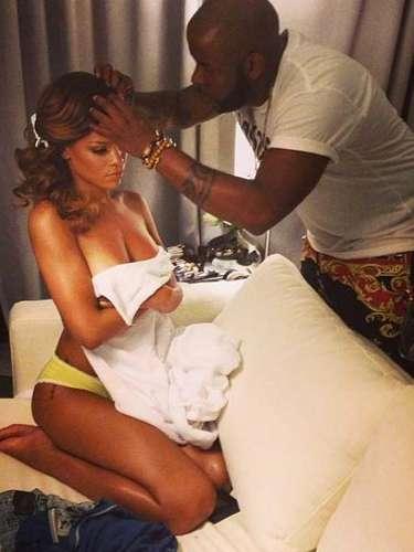 Rihanna adora la polémica en Twitter tanto como publicar imágenes de su día a día. Un foto semi-desnuda es otra de las publicaciones con la que logró poner a todosa darlevuelta a su cuenta.