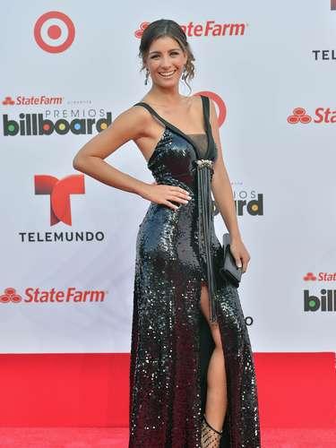 Natasha Domínguez iba enseñando mucha piel y una abertura en su vestido que nos dejó ver sus hermosas, torneadas y largas piernas