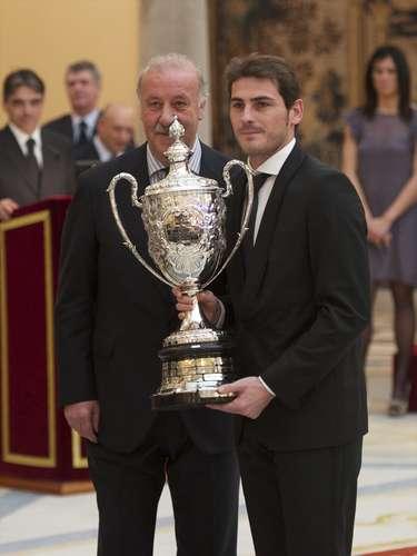 El técnico junto a Iker Casillas recibiendo el Trofeo Deportivo Nacional 2011 en España.