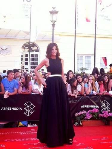 La actriz y presentadora de televisión Elia Galera posa con un elegante vestido negro en la alfombra roja de Málaga.