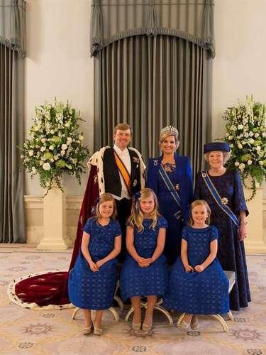 Otra foto para el recuerdo es esta en la que los nuevos Reyes posan con la princesa Beatriz y sus tres hijas, Amelia, la princesa de Orange, Alexia y Ariane.