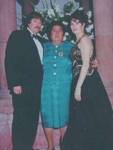 De la vida romántica del verdadero Señor de los Cielos no se sabe mucho. Solo que estaba casado con Sonia Barragán Pérez (en la foto), quien aparece junto a su madre Aurora Fuentes López .