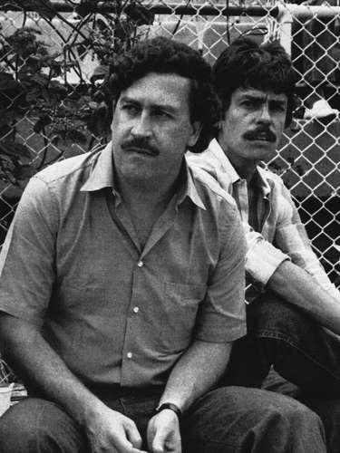 El Señor de Los Cielos real logró escaparse de las autoridades mexicanas y estadounidenses durante los últimos años de su vida, pero no de la muerte. Para la DEA, el Señor de los Cielos, era el narcotraficante más poderoso de su época y así como Joaquín El Chapo Guzmán en la actualidad, Carrillo se convirtió en el hombre más rico de México en su época. Su fortuna era de 25 millones dólares, superando el caudal de Pablo Escobar (en la foto) y Carlos Lehder, fundador y cofundador del Cártel de Medellín, respectivamente. Según la DEA, bajo el mando del Señor de los Cielos, el Cártel de Juárez, ganaba 200 millones de dólares por semana, y el 1% de ese dinero era para sobornos.