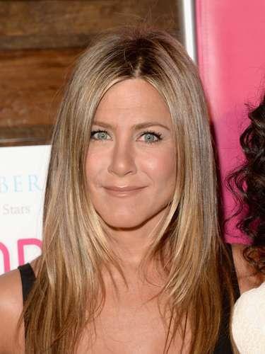 Por su parte, Jennifer Aniston también estuvo en la fiesta de la revista SELF compartiendo con amigas, enseñando su grandioso anillo de compromiso y seguramente hasta hablando de su boda.