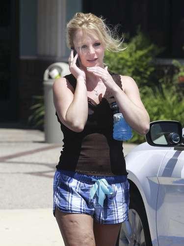 ¡Uyuyuyuyuyyyyy! Lo que daría la cantante Britney Spears porque alguien le hubiese retocado esta fotografía con Photoshop. A la rubia cantante se le vio la celulitis en su máxima expresión mientras daba un paseo por las calles de Los Angeles, California, en ropa de gimnasio. Ojalá que le ponga más empeño a sus ejercicios para que se despida de esa horrorosa piel de naranja.