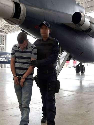 Durante la conferencia se proyectó un video de menos de 30 segundos en el que se observa a Coronel Barreras bajando de un avión de la Policía Federal, esposado y escoltado por un elemento de la corporación.