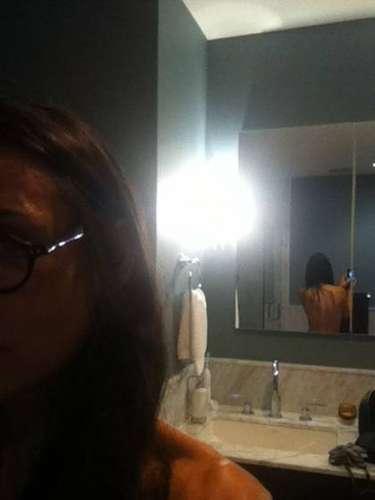 Aunque no por completo, Moore nos deleitó con esta foto de su espalda completamente desnuda y es más que obvio que de frente no traía nada puesto.