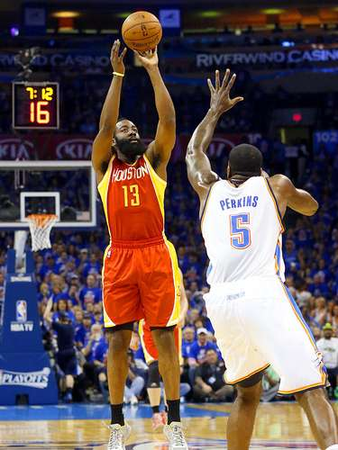 Rockets vs. Thunder: James Harden (13) intenta un disparo ante la marca de Kendrick Perkins (5).