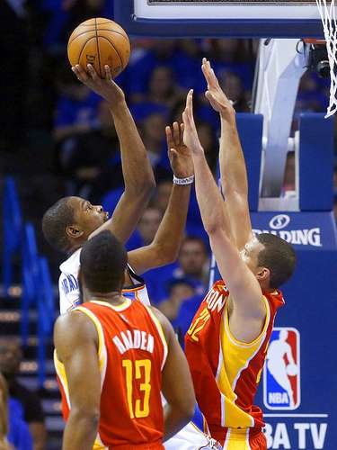 Rockets vs. Thunder: Kevin Durant intenta un disparo ante la marca de James Harden (13) y Francisco Garcia (32).