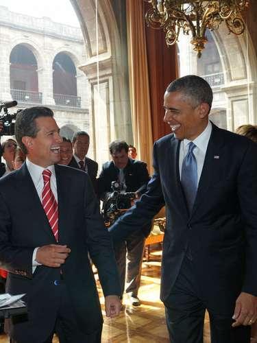Durante el encuentro entre ambos mandatarios se puede notar el buen humor y la buena relación que existe. En la foto, los mandatarios de EE.UU., Barack Obama (derecha), y de México, Enrique Peña Nieto (izquierda), el jueves 2 de mayo de 2013, durante un encuentro en el Palacio Nacional, en la capital mexicana.