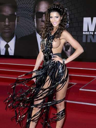 Para acudir al estreno de 'Hombres de negro 3' en Alemania, Micaela Schaefer cubrió su cuerpo con decenas de cintas negras que calificó como vestido