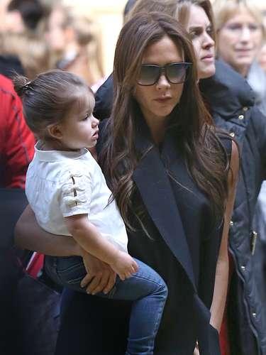 La diseñadora y su hija pequeña han viajado a París para celebrar el cumpleaños de David Beckham, que este pasado día 2 celebraba su 38º cumpleaños.