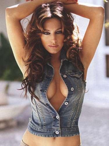 Las exuberantes curvas de Kelly Brook le han llevado a estar entre las cinco mujeres más sexie del año.