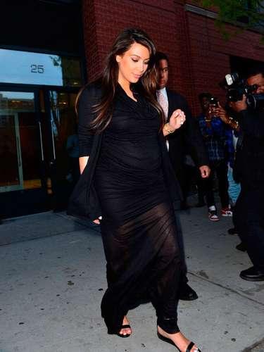 Kim caminando por las calles de Manhattan,New York, con un vestido largo y negro. ¡Un look más maternal!
