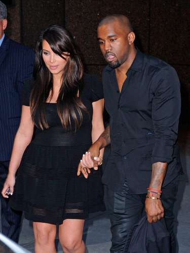 Kardashian, junto a su novio Kanye West, lucía un vestido negro que al parecer era bastante cómodo y ni siquiera dejaba ver su panza.