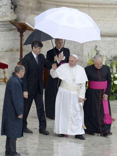 Francisco I, sale de la sede escoltado con una sobrilla blanca para abordar la unidad papal, ya finalizada la misa.