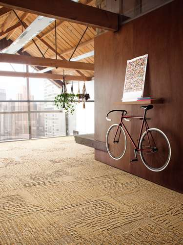 En el paisaje urbano de su hogar también puede instalar el suelo más natural con la elección de tres de los diseños de Oakey más representativos que le conectan con el exterior. Si además añade elementos a la decoración que le recuerden el deporte, estar en la calle y movimiento como una bicicleta la sensación de vivir próximo a espacios abiertos suma enteros.