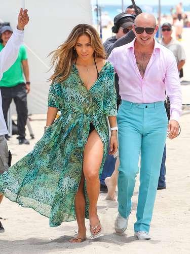 ¿A dónde va esa mano? Pitbull se mostró más que cariñoso con Jennifer Lopez en la filmación de su nuevo video llamado 'Live It Up'. Los latinos la gozaron de lo lindo en la playa ante los ojos de todos los asistentes y hasta del mismísimo novio de JLo, Casper Smart.