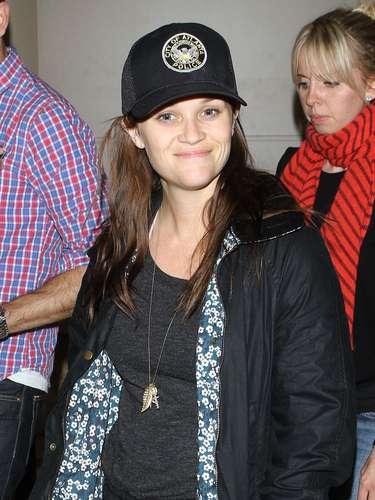 Reese Witherspoon regresó a Los Ángeles después de su estadía y escándalo por Georgia. A su encuentro con la prensa, la actriz portaba una gorra de la policía de Atlanta, misma que la arrestó hace una semana por su comportamiento altanero con los oficiales. ¿Será que se está burlando de ella misma?