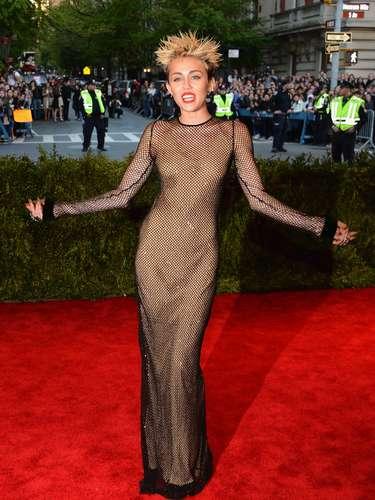 ¿Qué pasa con Miley? La actriz en la gala del MET despeinada, medio sexy y sin su prometido.