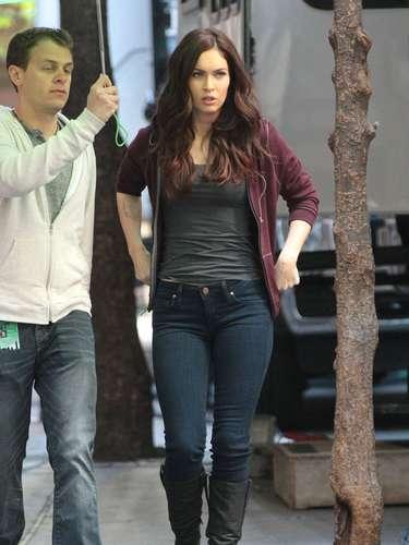 Megan Fox se protege de la lluvia en el set de filmación de la nueva película de 'Teenage Mutant Ninja Turtles' donde interpreta a una reportera.
