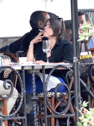 Francesca Guillén comparte mesa, risas y cigarrito en un restaurante capitalino con un amigo. La actriz e hija de Alejandro Camacho participa actualmente en la obra 'Baño de Mujeres'