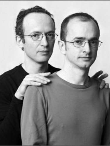 François Brunelle es un fotógrafo francés con un proyecto muy particular. Fotografía a personas muy parecidas entre sí. Algunos podrían llegar a pensar que son gemelos, pero sus modelos son personas que no se conocían antes de ser fotografiadas. El proyecto se llama \