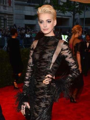 Anne Hathaway presumió nuevo look rubio y dejó ver que no llevaba brasier en la gala ofrecida en el Metropolitan Museum of Art llamada 'PUNK: Chaos to Couture'