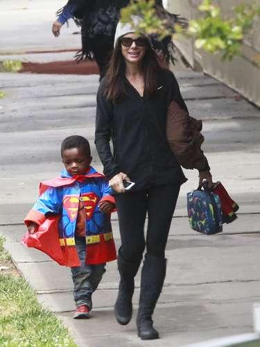 Sandra Bullock está muy bien protegida. La actriz fue por su hijoLouis a la salida de la escuela mientras él se divertía en el camino portando su abrigo para la lluvia de Superman.