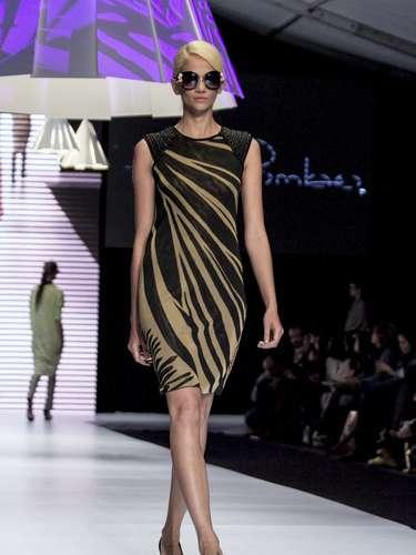 Una propuestageométricamente inspirada en la silueta relajada de los años 70 y en la elegancia y el estilo de Jackeline Onassis.