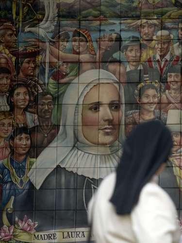 A los dos años, su padre sería asesinado, dejando a su esposa y tres hijos en la miseria, a causa de la confiscación de sus bienes. María Laura de Jesús crece sin educación.
