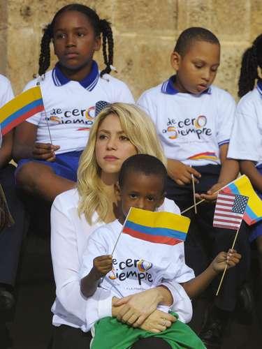 Shakira es también reconocida por su activo lado filantrópico. A los 18 años, fundó la entidad Fundación Pies Descalzos, que ofrece educación, nutrición y salud a más de 6 mil niños en Colombia.