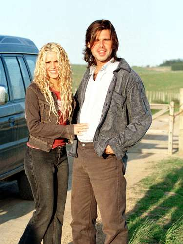 En 2000, Shakira empezó una relación amorosa con Antonio de la Rúa, hijodel entonces presidente argentino Fernando de la Rúa, un romance muy noticiado en toda América Latina y que duró once años.